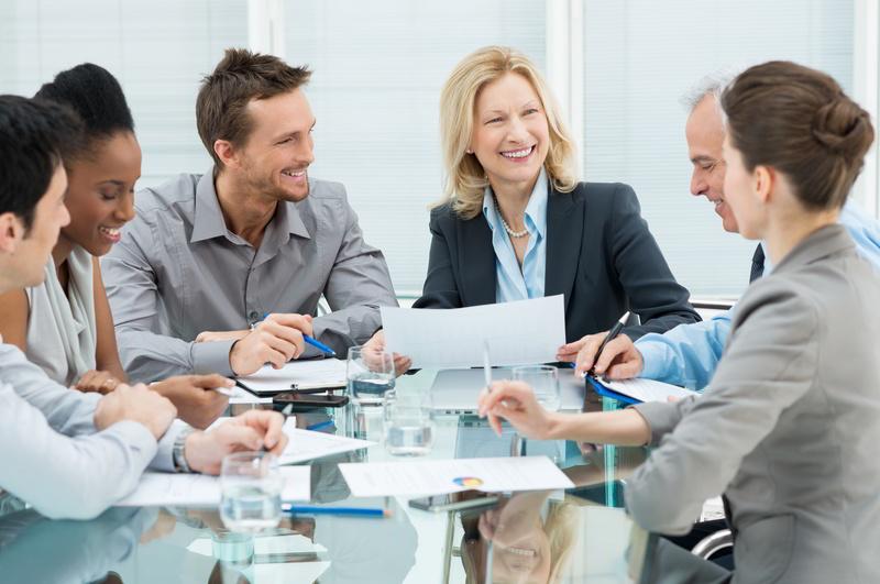 Praxisinhaber berät mit Mitarbeitern